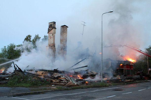 Kello 1.13 jäljellä oli enää rakennuksen savuavat rauniot.