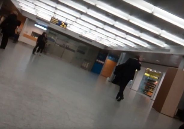 Iltalehti kertoi perjantaina suomalaismiehestä, joka houkutteli nettihuijarin kuriirin Helsinki-Vantaan lentokentälle.