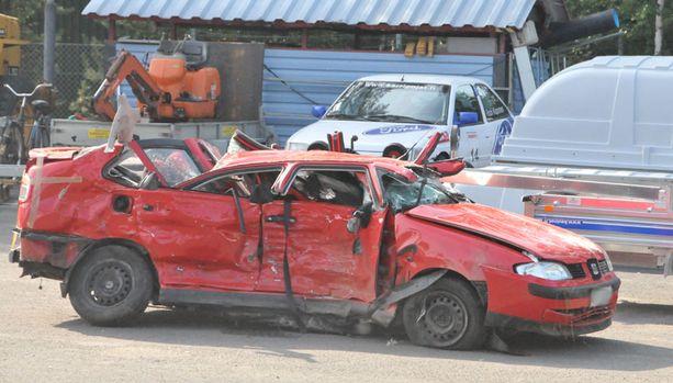 Kaikki henkilöautolla matkustaneet kuolivat kolarissa.