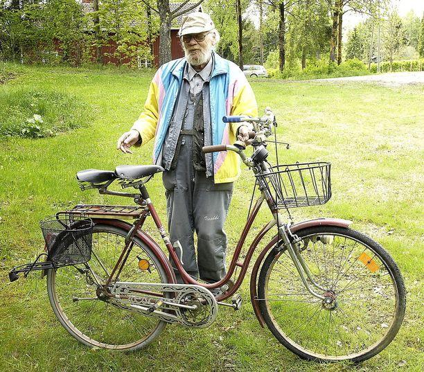 Arto Kalevo on luonut vanhasta Crescent-polkupyörästä itsensä näköisen tandemin, jonka erikoisvarusteisiin kuuluvat muun muassa satulalämmitin, ohjaustankoon sijoitetut liikennevalojen muistutuspallot sekä runkoon kiinnitetty seisontatuen laskijavipu.