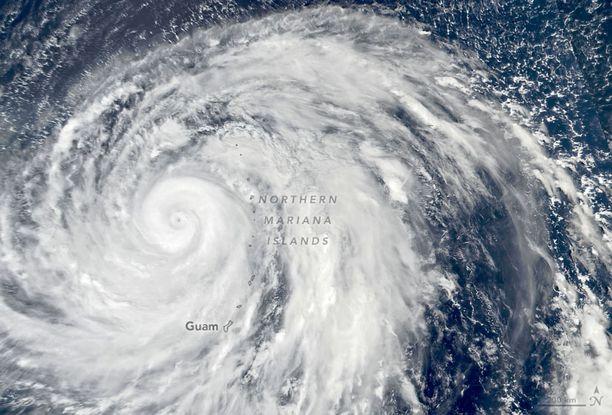 Supertaifuuni Hagibis Pohjois-Mariaanien yllä, Nasan satelliitista kuvattuna.