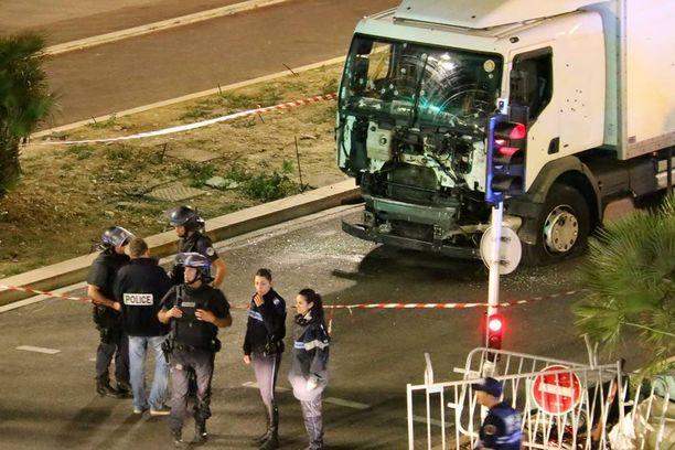 Torstai-iltana jakeluauto ajoi ihmistungokseen Nizzassa ja kymmeniä kuoli.