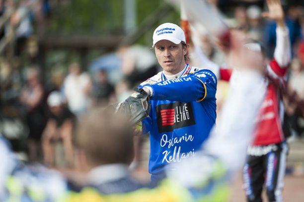 Toni Kohonen on 43-vuotiaana yhä Suomen parhaita pesäpalloilijoita.