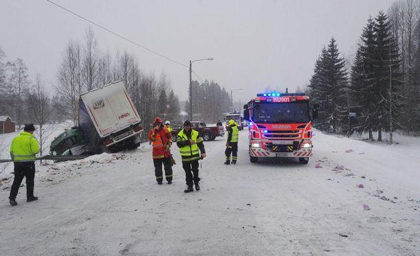 Onnettomuuspaikalla raivaustyöt jatkuvat vielä useiden tuntien ajan.