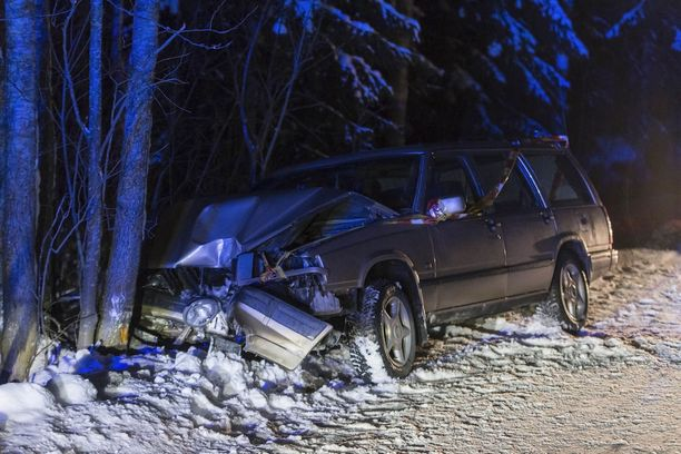 Auto vaurioitui korjauskelvottomaksi. Kuski loukkaantui.