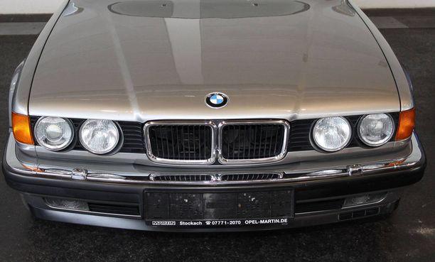 Pakoauto oli kuvan tyyppinen, 1990-luvun alun iso BMW.
