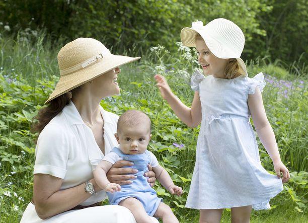 Toissavuonna Estellen ja Oscarin kanssa samaan kuvaan pääsi myös kruununprinsessa Victoria.