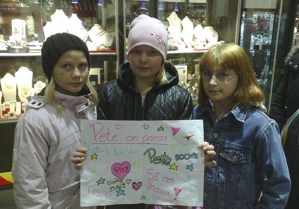 Linda (vas.), Nea ja Patricia hakivat julisteeseensa Idols-finalistien nimikirjoitukset.