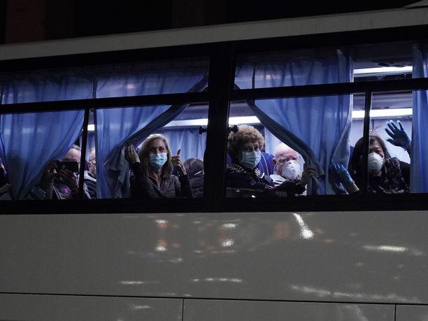 Nelisensataa amerikkalaista evakuoitiin sunnuntaina Diamond Princess -risteilyalukselta Jokohamassa ja kuljetettiin busseilla lentokentälle.