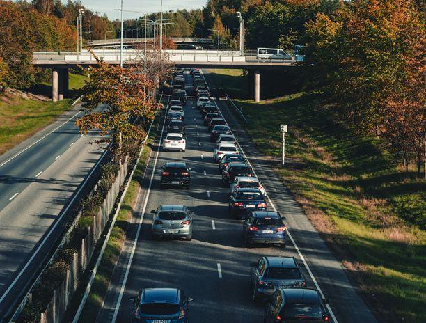 Liikenteessä voi tulla vastaan etenkin ruotsia osaavia huvittava tai häiritsevä rekisteritunnus. Kuvituskuva.