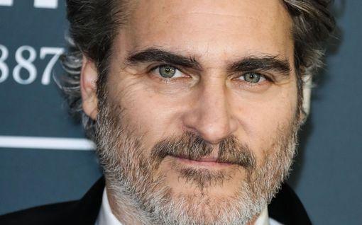 """Joaquin Phoenix puhuu River-veljestään harvinaisen avoimessa haastattelussa: """"Jokaisessa tekemässäni elokuvassa on yhteys häneen"""""""