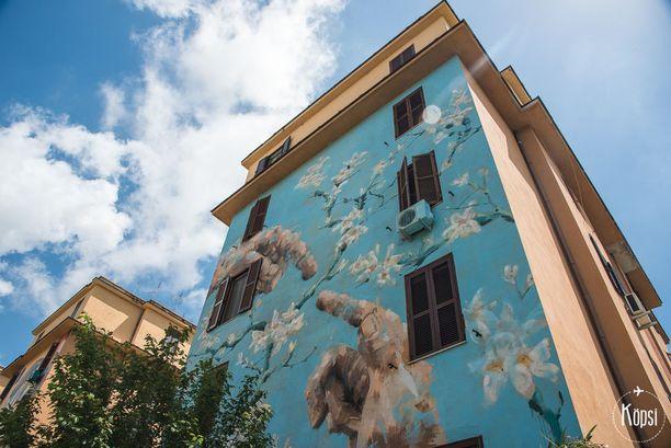 Roomassa kannattaa ihailla katutaidetta ja kekseliäitä seinämaalauksia.
