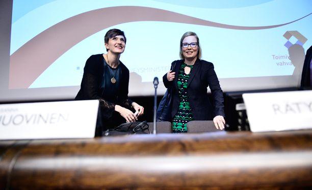 Ministerit Susanna Huovinen ja Laura Räty kertoivat yhteisymmärryksen saavuttamisesta tiistaina eduskuntatalolla.