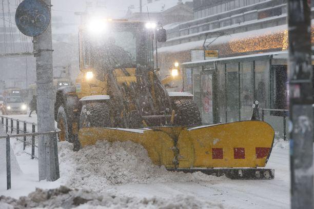 Lumien putsauksesta Helsingissä vastaavan Staran yksikönjohtaja Ville Alatypön mukaan katujen putsaus kestää ainakin perjantaihin saakka.