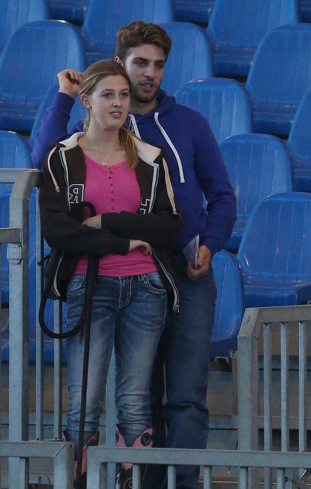 Gina ja Riccardo seurasivat ratsastushallin tapahtumia.