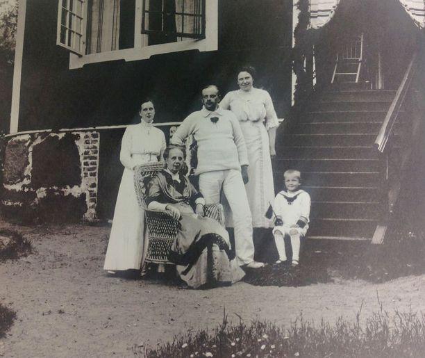 Peacockin perhe Villa Hålvikin edustalla vuonna 1911.