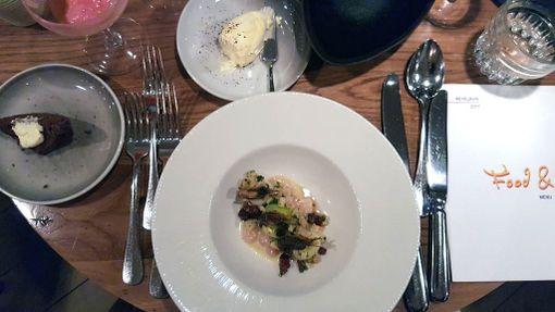 Fosshotellin alakerrassa olevassa ravintola Haustissa oli vierailevana kokkina tanskalainen John Kofod. Tässä annoksessa on katkarapuja ja purjoa.