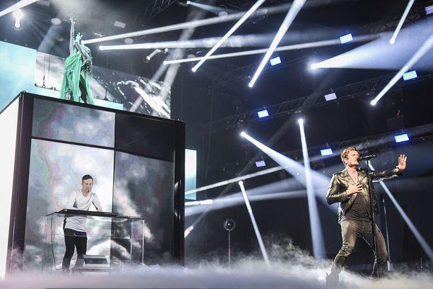 Darude (vas.) ja Sebastian Rejman esittivät Uuden musiikin kilpailussa Turussa maaliskuussa kolme kappaletta, joista yleisö ja raati valitsivat Look Awayn Suomen edustuskappaleeksi.