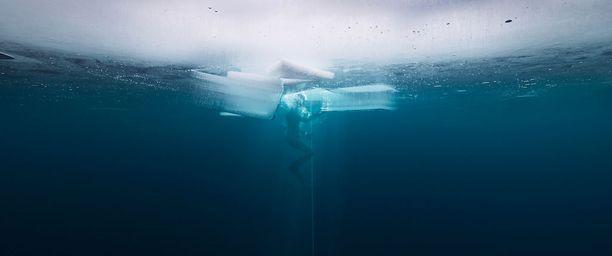 Dokumentissa vapaasukeltaja Nordblad toteaa, että veden alla yksi hienoimmista asioista on se, kun ei tarvitse tehdä yhtään mitään. Ei edes hengittää
