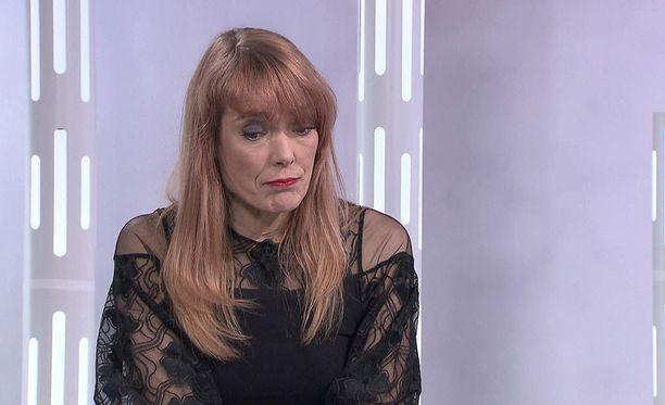 """""""Olen käynyt sen ajan balettikoulun, että Suomessa ei nykyään tapahtuisi sellaista. Minua on haukuttu elefantiksi, heitetty avainnipulla ja kaikkea mahdollista"""", Minna Tervamäki kertoo Susanne Päivärinnan haastattelussa."""