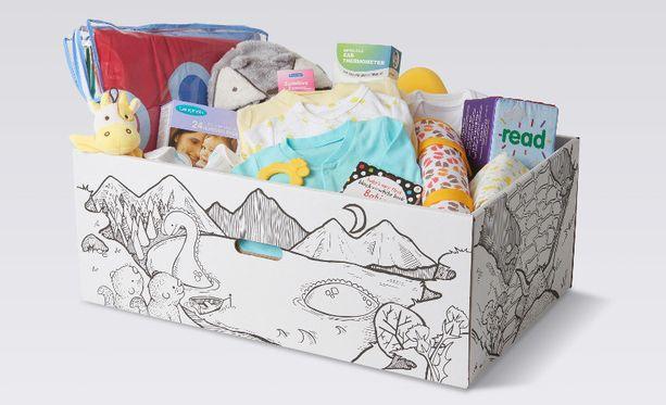 Pakkaus sisältää muun muassa patjan, peiton, kuumemittarin, vaatteita, kirjoja ja kylpytarvikkeita.