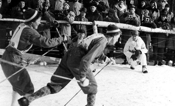 Historiallinen vaihto: Mirja Hietamies lähettää Siiri Rantasen kullanhohtoiselle ankkuriosuudelle Cortinassa 1956.