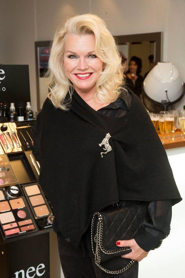 Raunio kruunattiin Miss Suomeksi vuonna 1974. Sittemmin hän on muun muassa näytellyt Salatuissa elämissä.