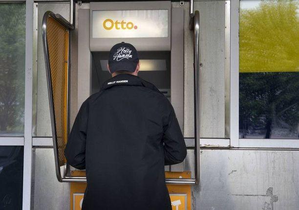 Suurin osa pankeista veloittaa Otto-nostoista.