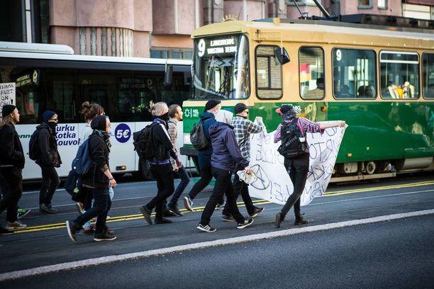 Rasismin vastustajat kulkivat Kaisaniemenkadulla keskellä tietä.