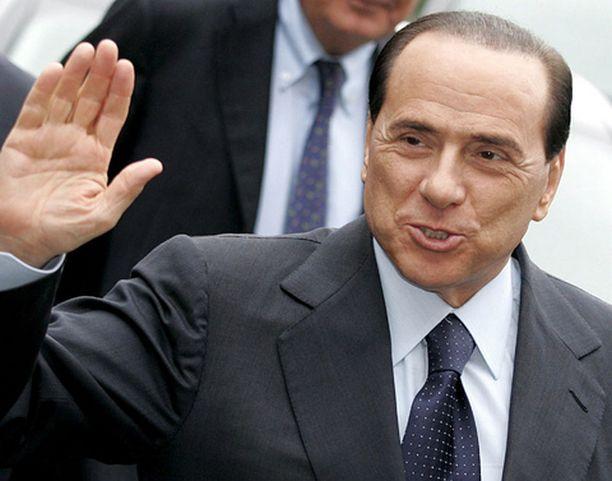 Berlusconi palasi futiskuvioihin.