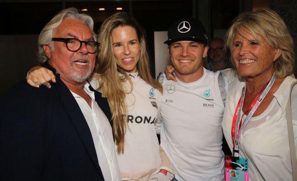 Rosbergit yhtä hymyä Nicon mestaruuden ratkettua.