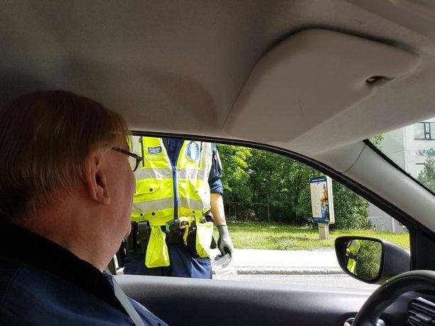 Täysraittiina jo vuosia ollut Pasi Kaunisto puhalsi hymyillen poliisin ratsiassa.
