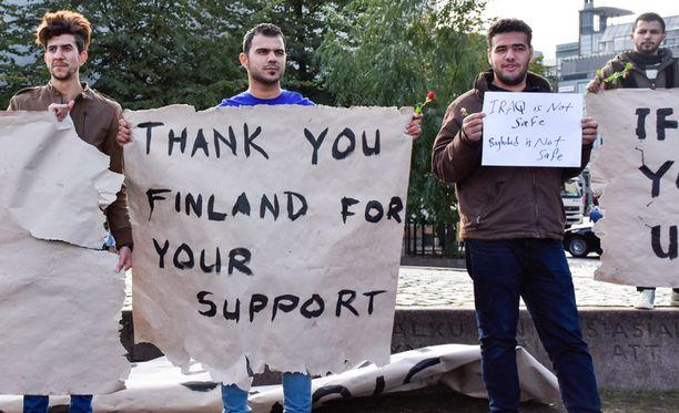 Irakilaiset turvapaikanhakijat kiittelivät Suomea mielenilmauksessa 12.10. Helsingissä.