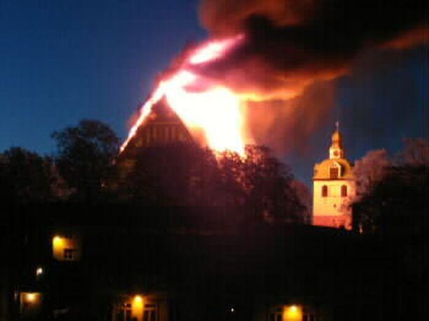 Porvoon kirkko roihusi yössä keskellä vanhaakaupunkia vuonna 2006.
