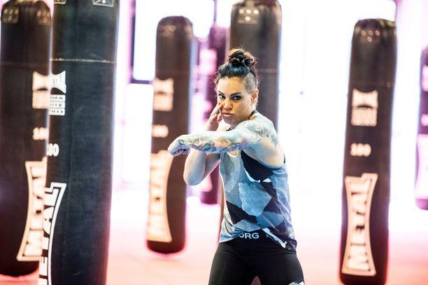 Eva Wahlströmillä on kahdet treenit päivittäin: yhdet nyrkkeilyharjoitukset, joiden lisäksi hän juoksee, pyöräilee, ui, voimistelee ja treenaa kahvakuulilla.