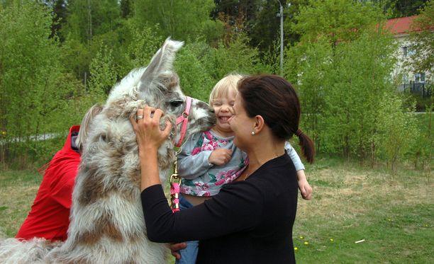 Justiina tykkää pussailla ihmisiä. Maria Nieminen pysähtyi ohi ajaessaan ihmettelemään, mitä eläimiä nämä ovat. Sylissä tytär Eevi.