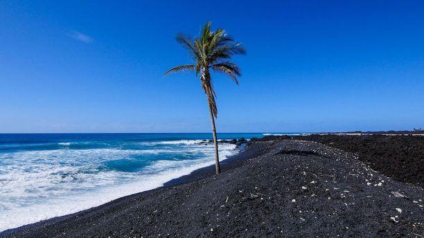 Keawaiki, Havaiji: Tätä mustaa rantaa voi ihastella patikoimalla sen vierustalla kulkevaa vaellusreittiä. Jos matkalla tulee hiki, löytyy reitin varrelta useita uimamahdollisuuksia niin meressä kuin laavakentille muodostuneissa altaissakin.