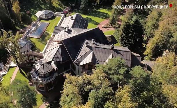 Dmitri Medevedevin omistama huvila venäläisessä Znamenskoye-kunnassa Moskovan välittömässä läheisyydessä. Huvilan arvo on noin 80 miljoonaa euroa.