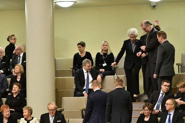Rouva Tellervo Koivisto saatettiin salin parvelle seuraamaan valtiopäivien avajaisia.