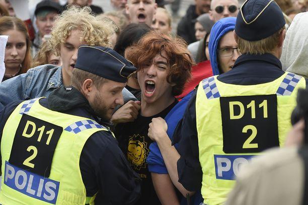 Poliisit hillitsivät äärioikeiston tapaamiseen tulleita vasemmistomielenosoittajia Tukholmassa syksyllä 2018. Kuvituskuva.