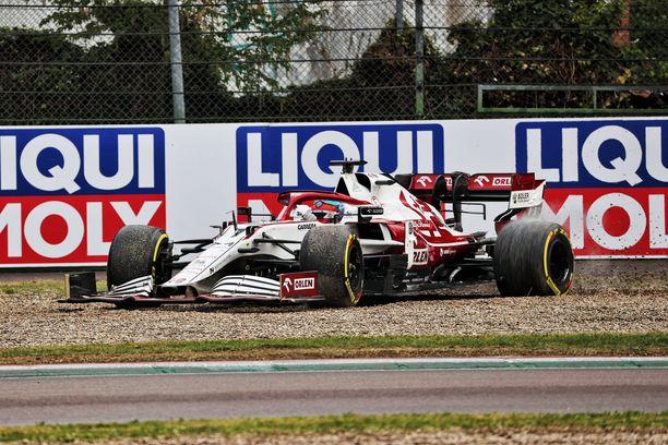 Kimi Räikkönen lipsautti hiekalle Imolassa.