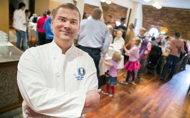 Ravintoloitsija Iiro Toivanen on lahjoittanut ylijäämäruokaa vähävaraisille lapsiperheille jo kolmen vuoden ajan. Kuva vuodelta 2015.