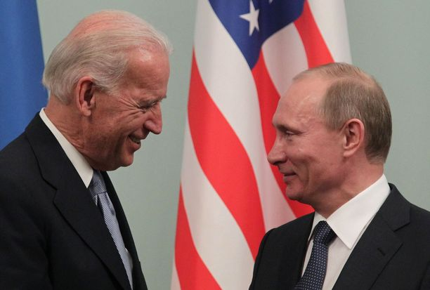 Joe Biden (vas.) oli varapresidentti ja Vladimir Putin pääministeri herrojen tavatessa Moskovassa vuonna 2011.