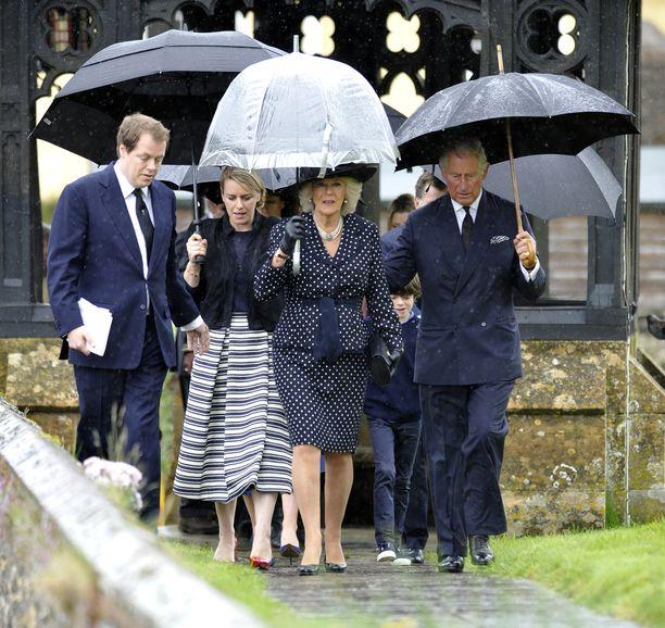 Kuvassa herttuatar Camillan ja prinssi Charlesin kanssa Camillan poika Tom sekä tytär Laura.