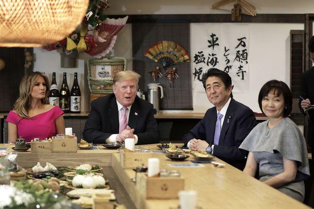 Yhdysvaltain presidenttipari Donald ja Melania Trump sekä Japanin pääministeri Shinzo Abe ja vaimo Akie Abe tokiolaisessa Inakaya-ravintolassa 26.5.2019.