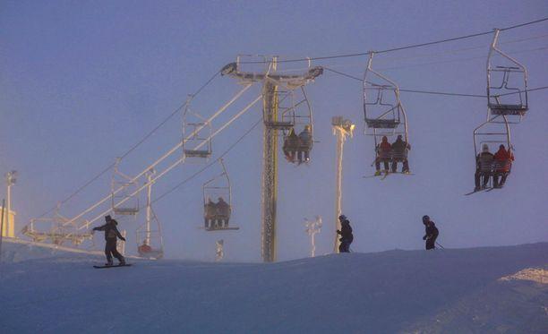 Pelastuslaitos joutui töihin Rukalla sunnuntaina, kun yksi hiihtokeskuksen hisseistä jumiutui. Kuvituskuva Rukalta.
