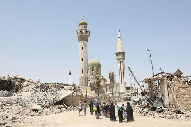 Irakilaisia siviileitä kävelemässä kohti Mosulin vanhaa kaupunkia heinäkuussa.