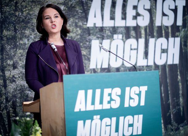 Kaikki on mahdollista, todetaan vihreiden julisteessakin. Annalena Baerbock haastaa Merkelin puolueen kanslerikisassa.