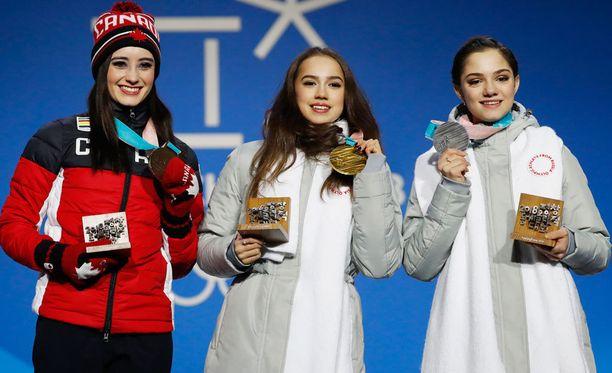 Naisten taitoluistelu oli venäläisten juhlaa: Alina Zagitova voitti kultaa ja Jevgenia Medvedeva hopeaa. Molemmilla oli mitaliseremoniassa yllään valkoinen kaulaliina, jonka salaisuus paljastui viikonloppuna. Pronssia voitti Kanadan Kaetlyn Osmond.
