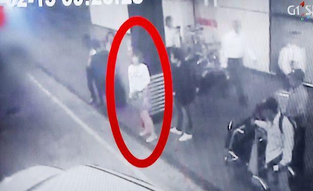 Toinen murhaaja on saattanut olla naiseksi pukeutunut mies.